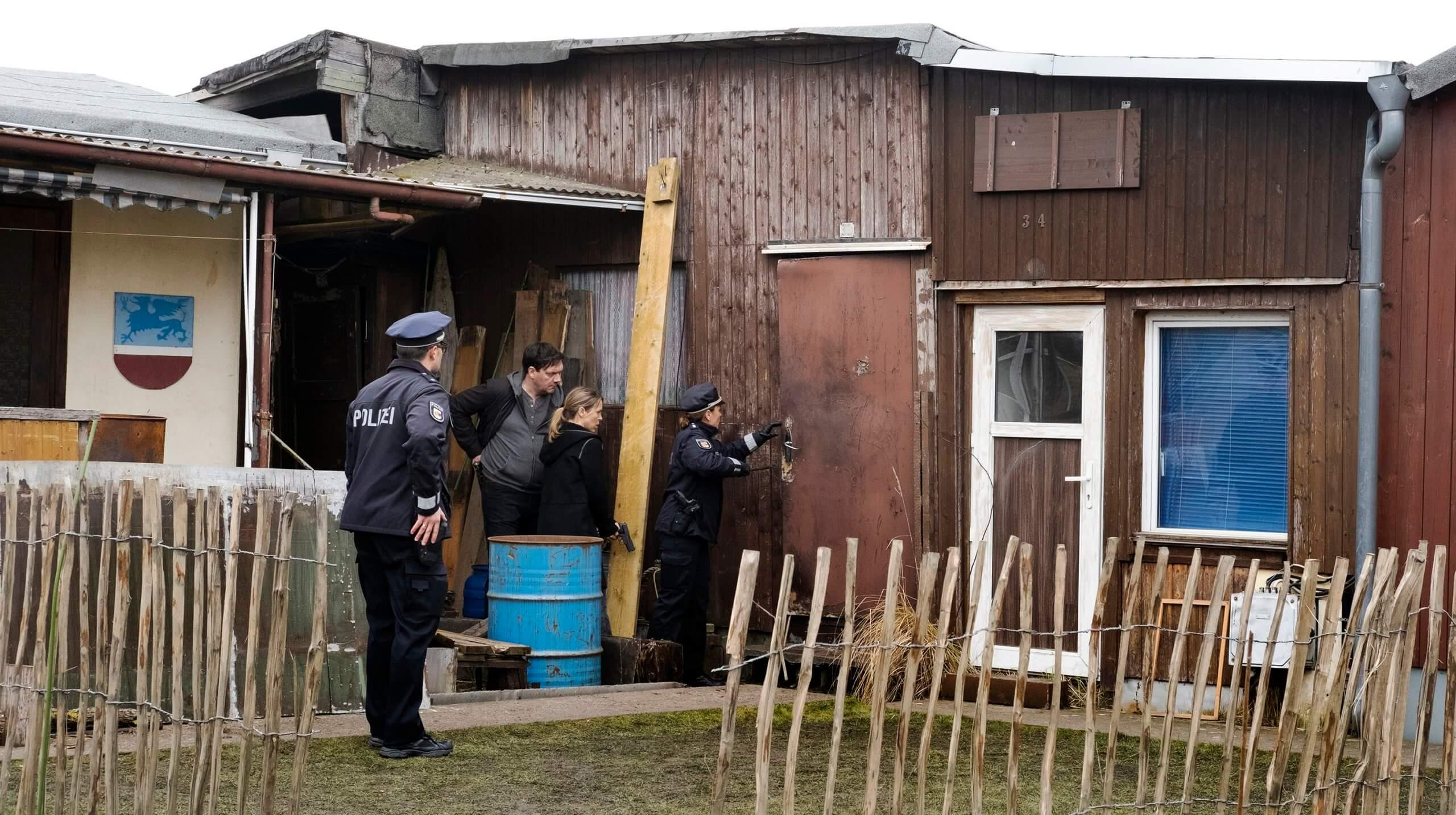 Im Bild: Die Kommissare sind Michael Norden auf der Spur. Bild: NDR/Christine Schroeder