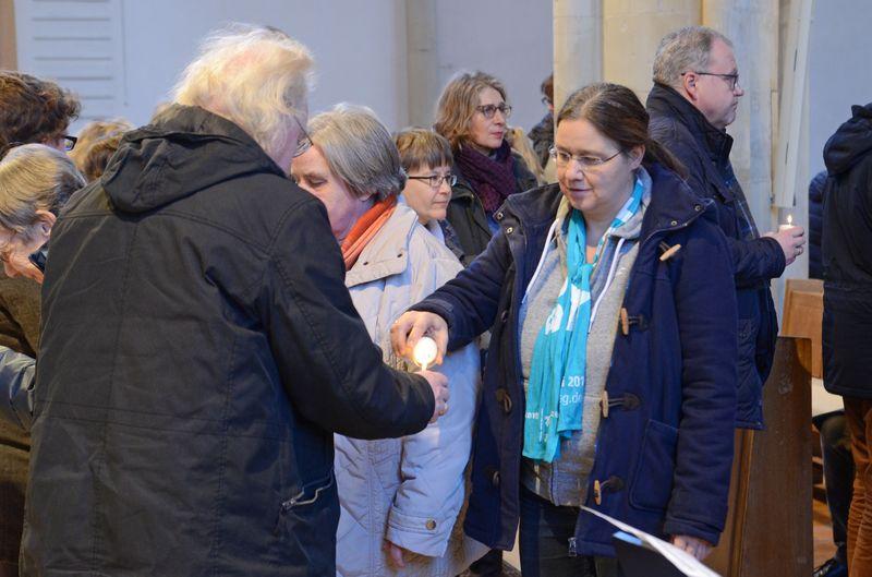 Friedenslicht: Symbolisch entzündeten die Teilnehmerinnen und Teilnehmer Friedenslichter.