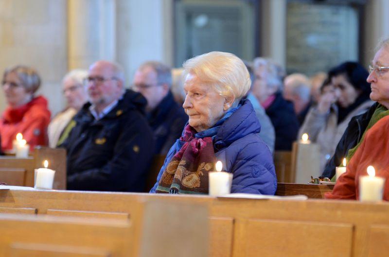 """Friedensgebet: Viele Bürgerinnen und Bürger folgten dem Aufruf und setzten ein Zeichen für """"ein friedliches Miteinander"""" und """"eine vielfältige und bunte Welt""""."""