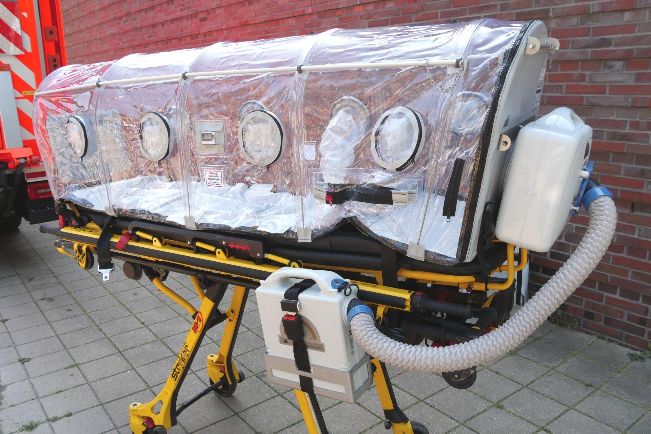 Zu den Leihgaben gehört auch diese Isoliertrage, auf der infizierte Patienten abgesichert transportiert werden können. Da es in Deutschland nicht viele von diesen Tragen gibt, darf sie der Ausstellung bei akutem Notfall entnommen werden (Foto: LWL/Schubert).