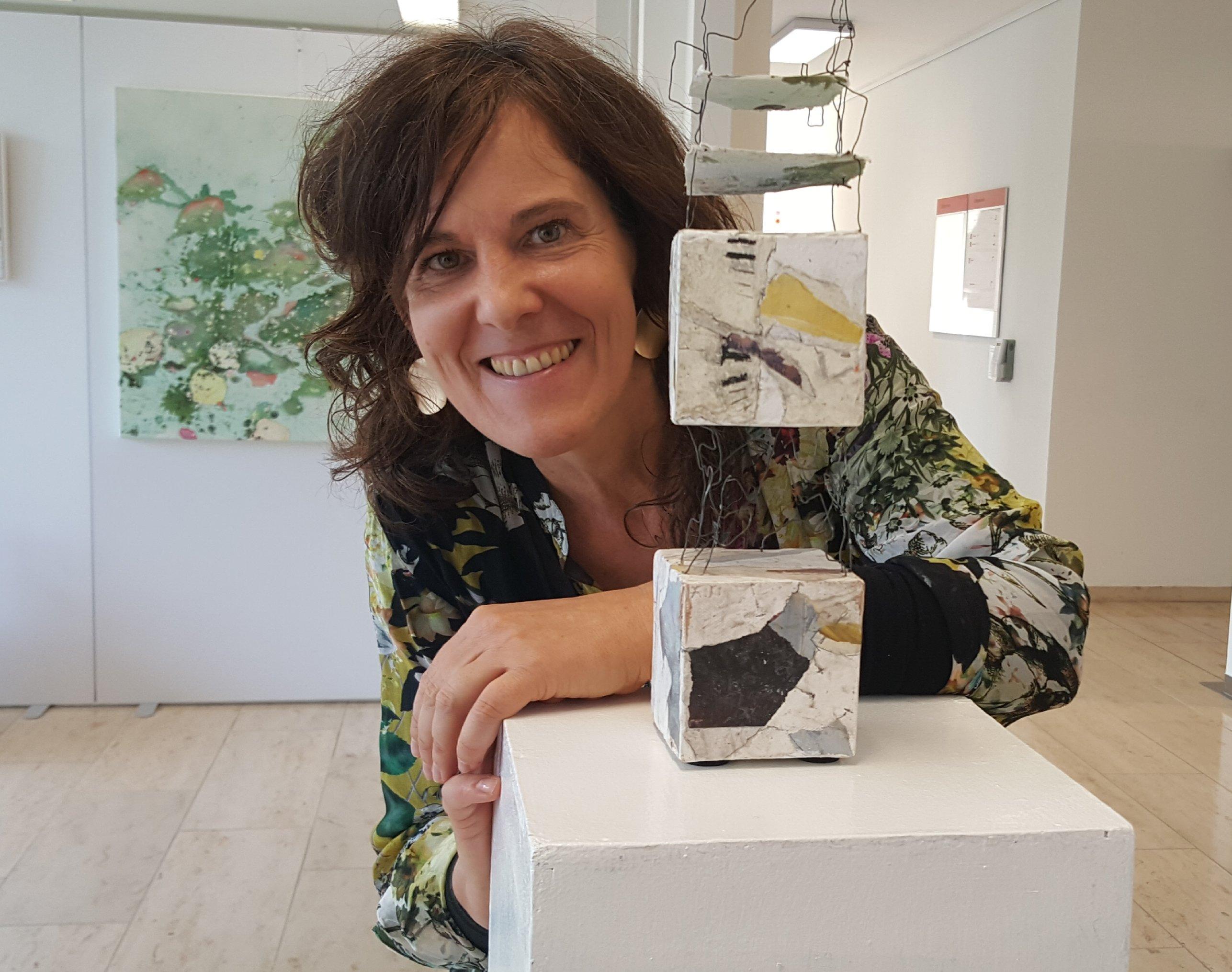 Sabine Endres mit eine ihrer filigranen Skulpturen - Foto: Jörg Bockow