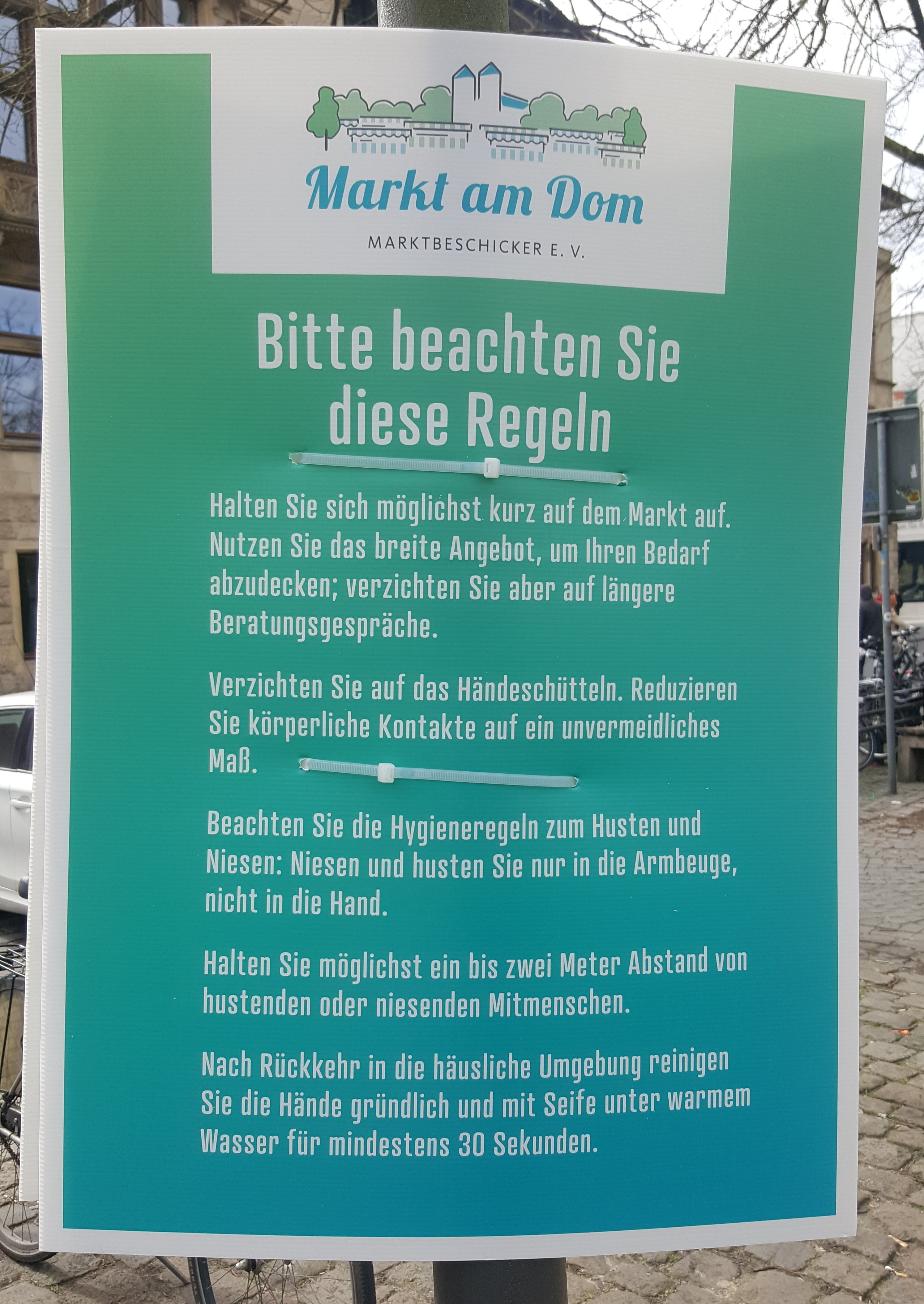 Die Besucher werden mit klaren Verhaltensregeln empfangen - Foto: Jörg Bockow