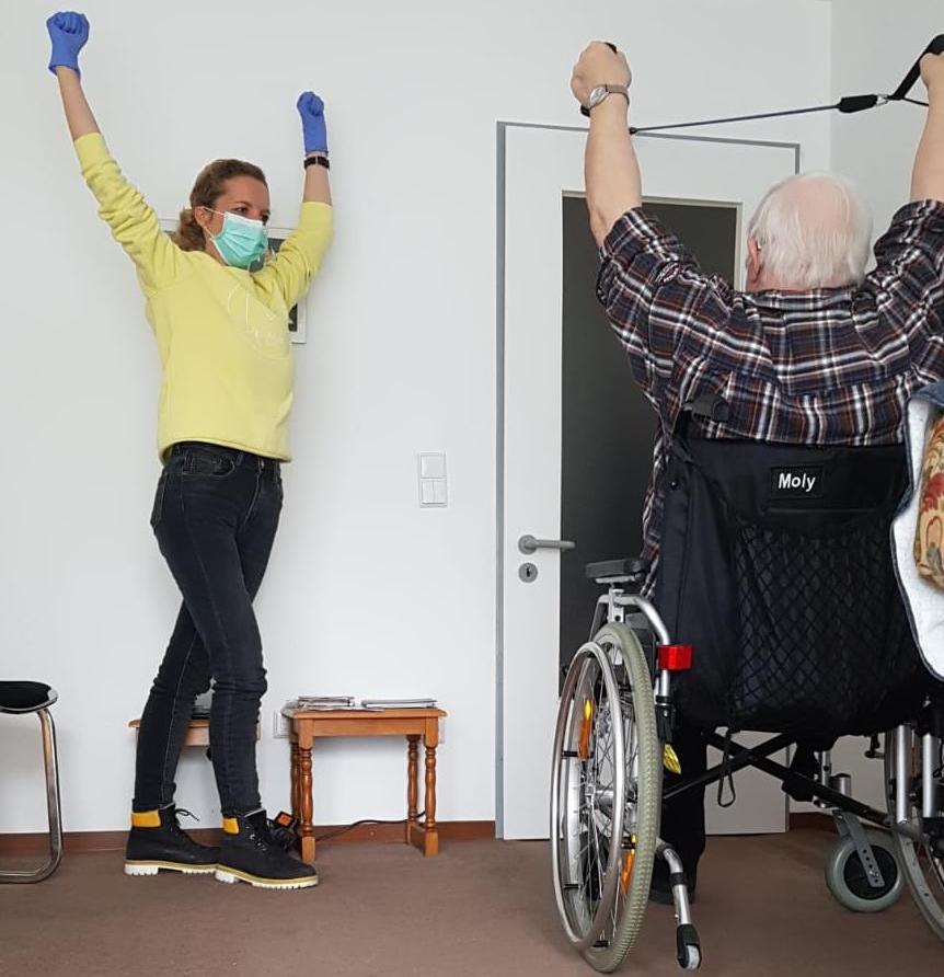 Bei einem Hausbesuch macht Physiotherapeutin Simone Cox ihrem Patienten jede Übung vor und ermutigt ihn - Foto: Simone Cox