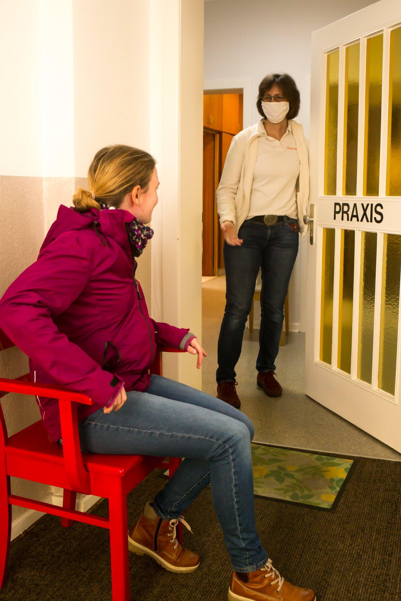 Wer auf seine Behandlung warten muss, nimmt nicht mehr im Wartezimmer Platz - Foto: Anna Bless