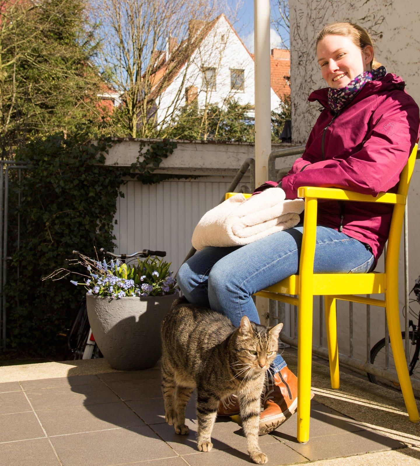 Platz an der Sonne: Bei schönem Wetter können die Patienten auch draußen warten - Foto: Anna Bless