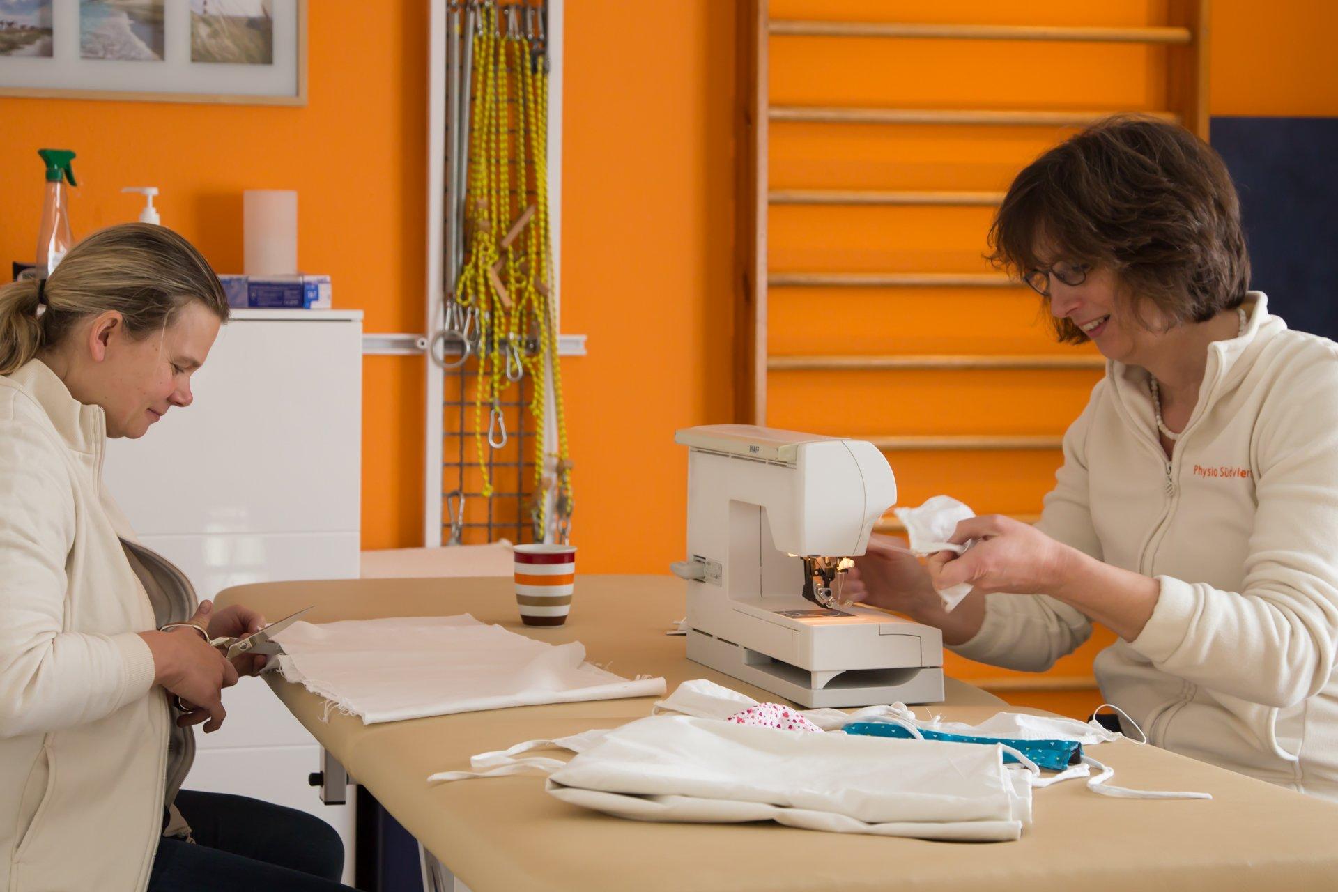 Aus der Not eine Tugend gemacht: Atemmasken werden im Team von Sandra Okafor (li) und Uta Kleinekampmann selber genäht - Foto: Anna Bless