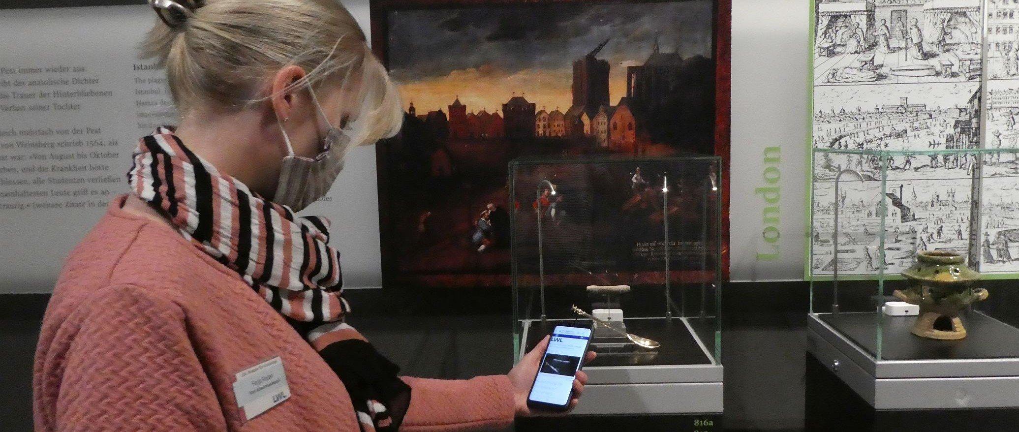 Die Informationen zu den Exponaten können per Smartphone oder Tablet direkt vor dem Exponat abgerufen werden. Foto: LWL/ A. Jordan