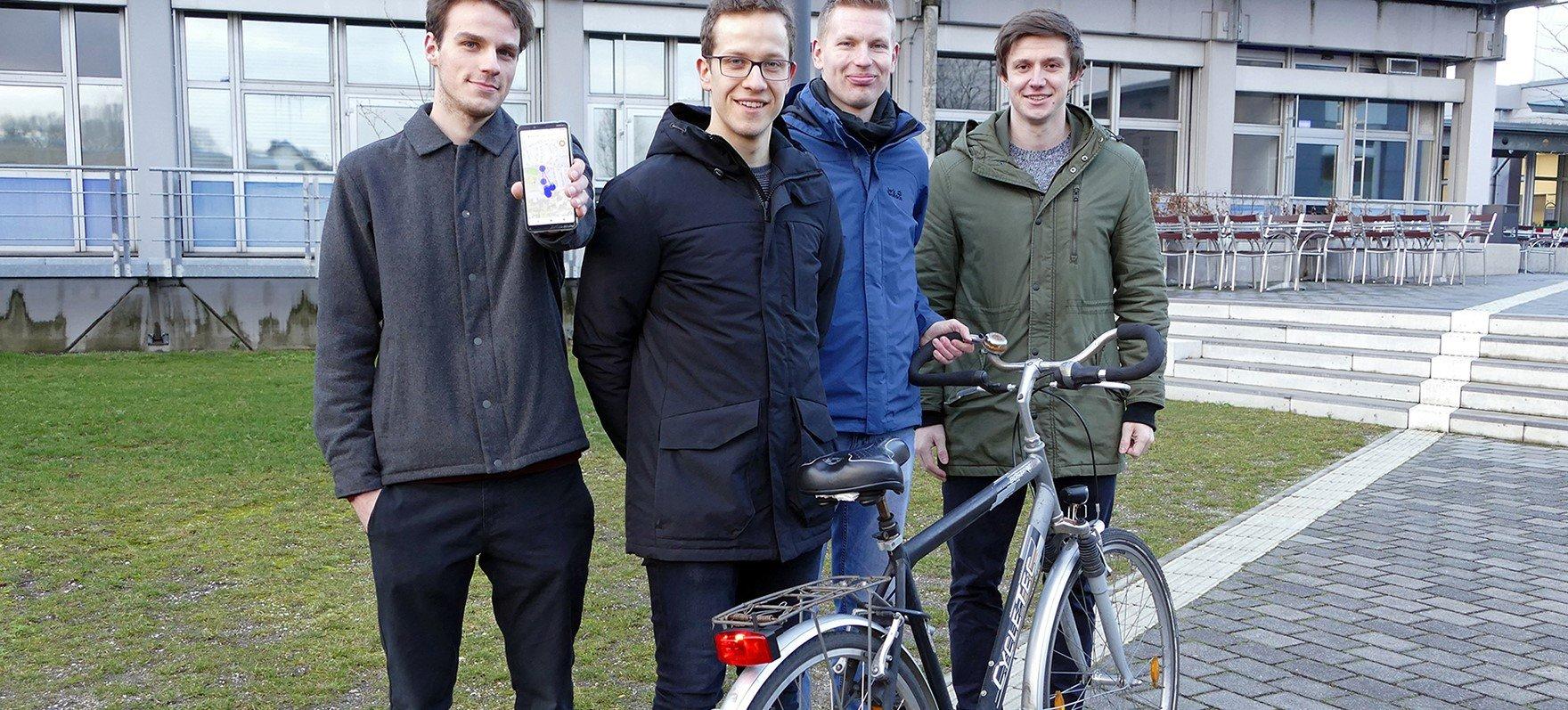 Felix Weissberg, Frank Lenfert, Christian Tapken und Simon Ebbers (v.l.) haben ein smartes Fahrradrücklicht mit Ortungssystem entwickelt. Das Foto ist entstanden, bevor die Schutzmaßnahmen zum Coronavirus kamen. (Foto: FH Münster/Jana Schiller)