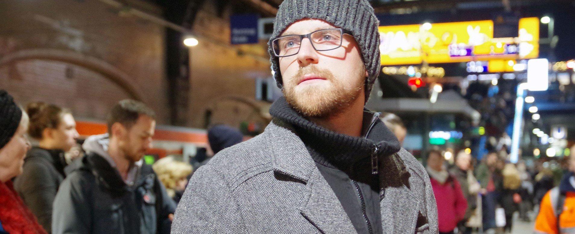 Neu in der Stadt: Berufsanfänger Christian Adis muss sich einen neuen Freundeskreis aufbauen  -  ZDF und Eva Münstermann