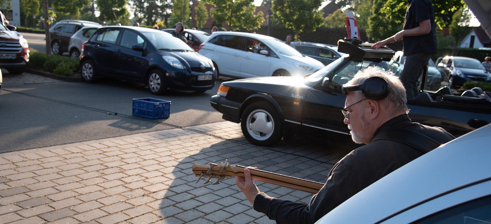 Mit dabei ist auch Gitarrenmusik. Die Autos sorgen für Sicherheitsabstand. (Foto: FH Münster/Katharina Kipp)