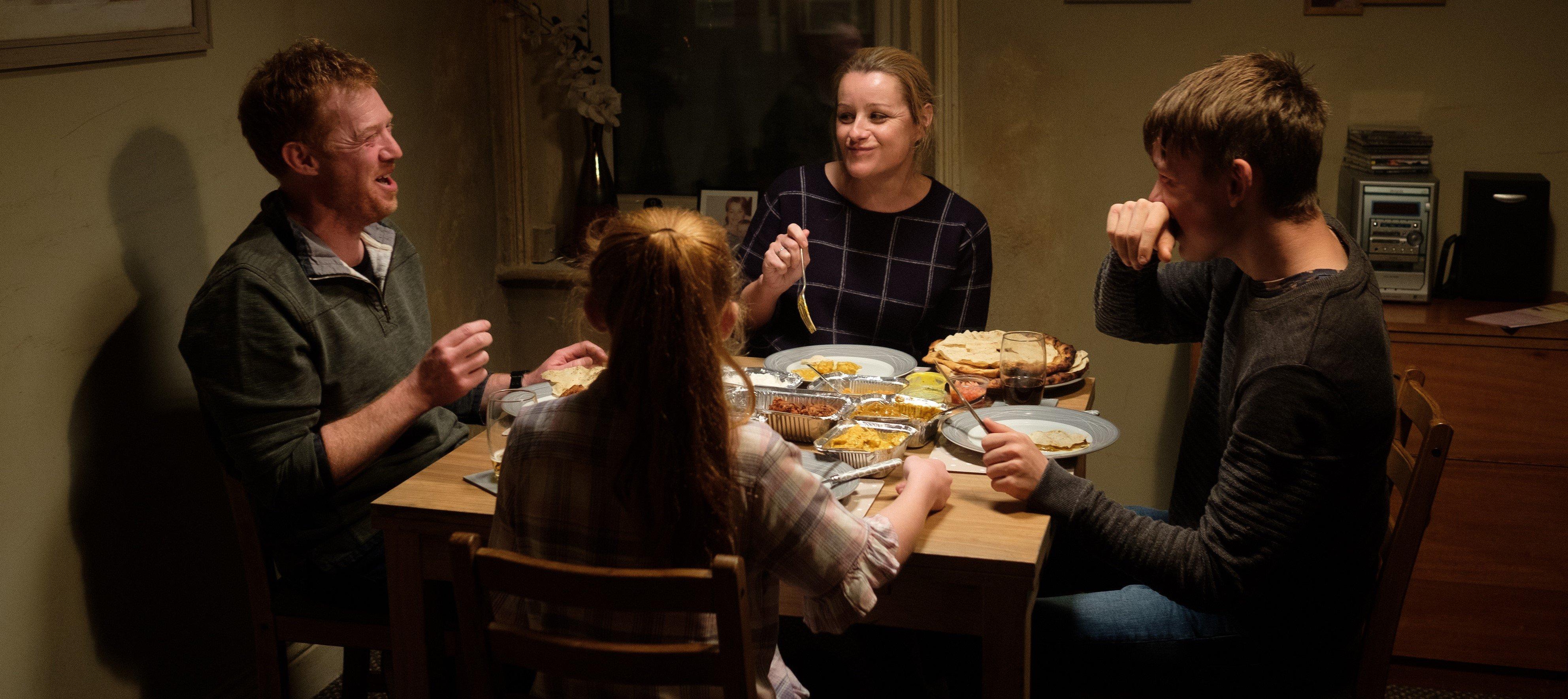 Die Turner-Familie beim Abendessen (v.l.): Ricky (Kris Hitchen), Liza Jane (Katie Proctor), Abby (Debbie Honeywood) und Seb (Rhys Stone). © JOSS BARRATT