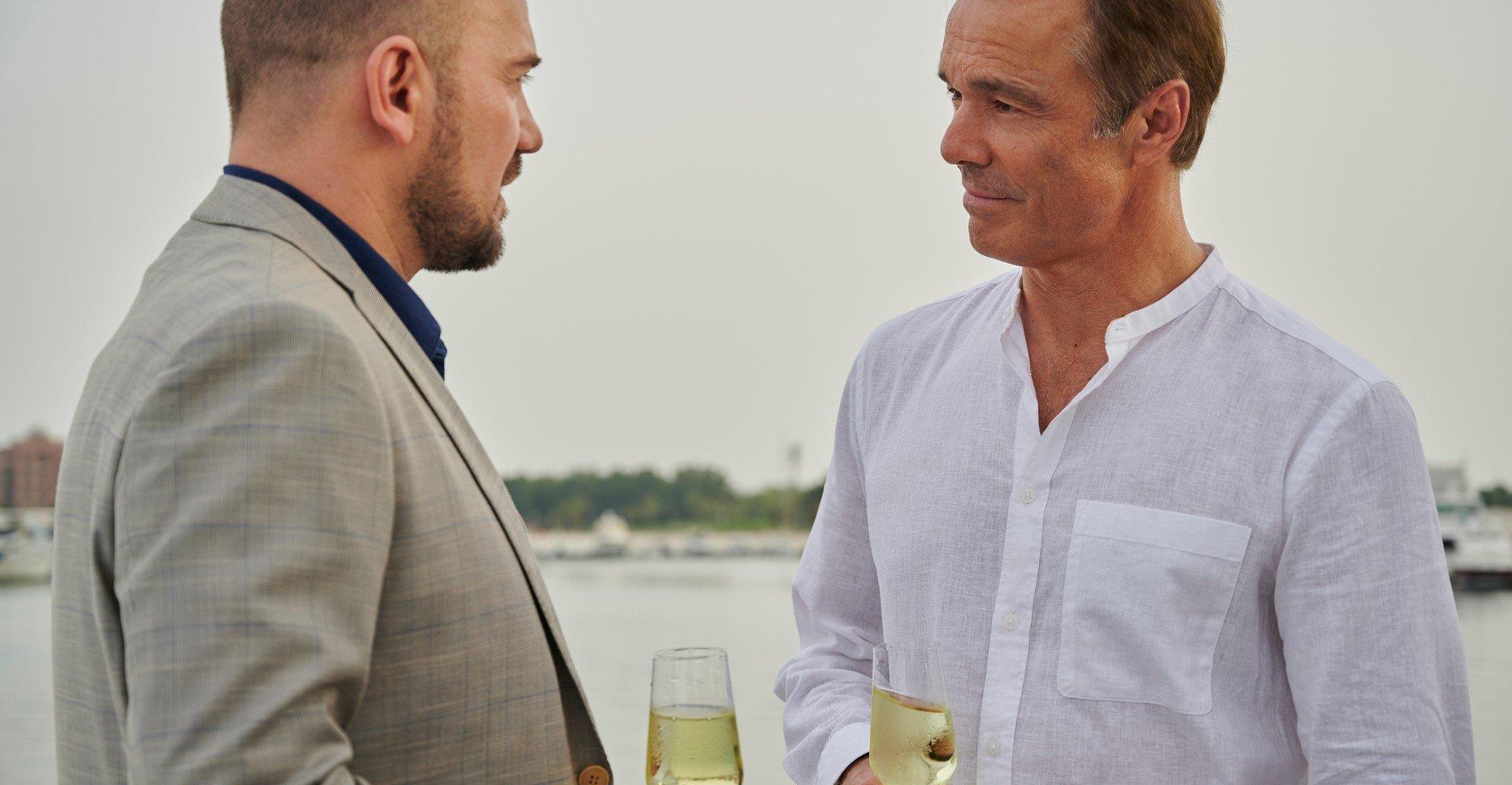 Lukas (Hannes Jaenicke, r und sein Geschäftspartner Greg (Sasha Petronijevic l)  © ZDF und Eric Vernazobres / FTV / Storia television
