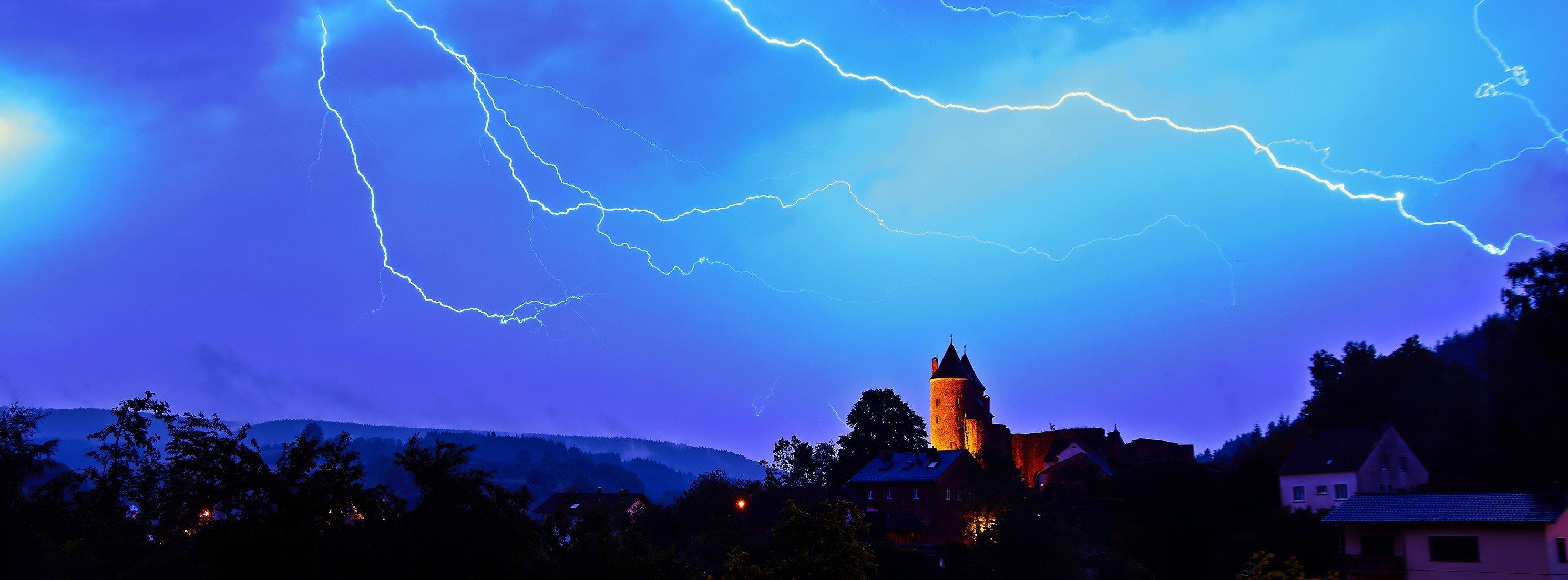 Von Mai bis August erhellen insgesamt etwa zwei bis drei Millionen Blitze den Himmel. Quelle: WetterOnline
