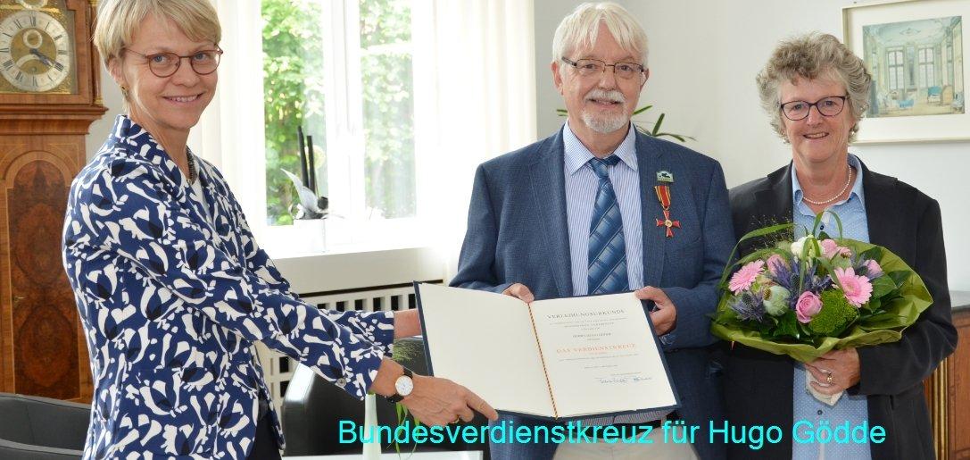 Bei der Verleihung des Bundesverdienstkreuzes an Hugo Gödde: v.l. Regierungspräsidentin Dorothee Feller, Hugo Gödde und seine Ehefrau Barbara Helberg-Gödde.  Bildquelle: Bezirksregierung Münster