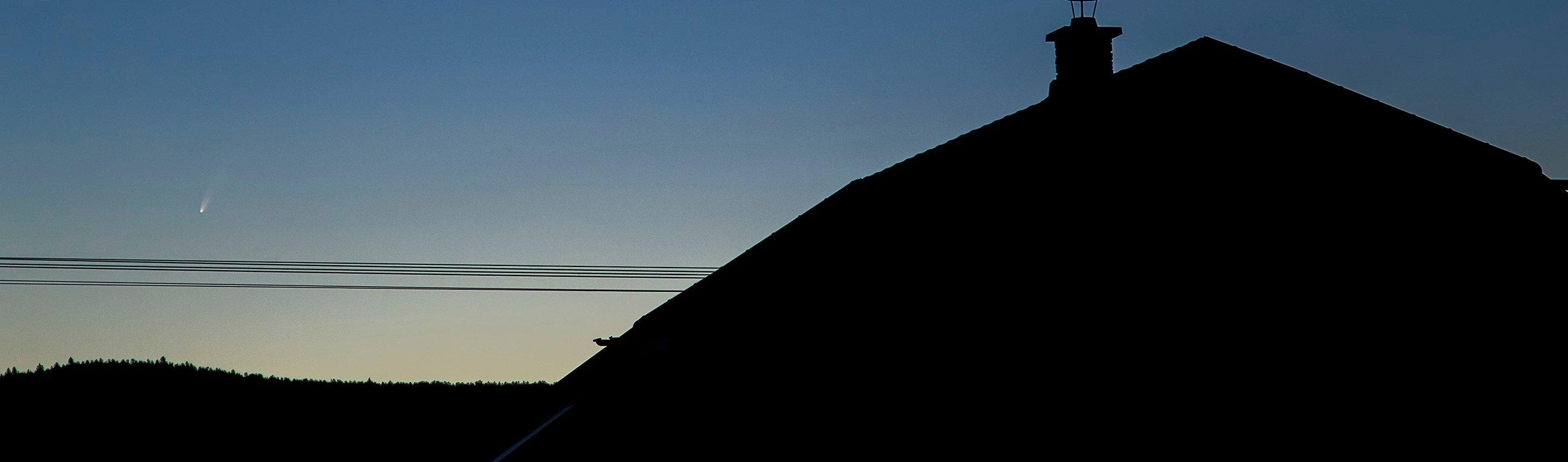Der Komet Neowise ist hell genug, um sogar mit dem freien Auge erspäht werden zu können. Ein Fernglas ist natürlich trotzdem hilfreich.