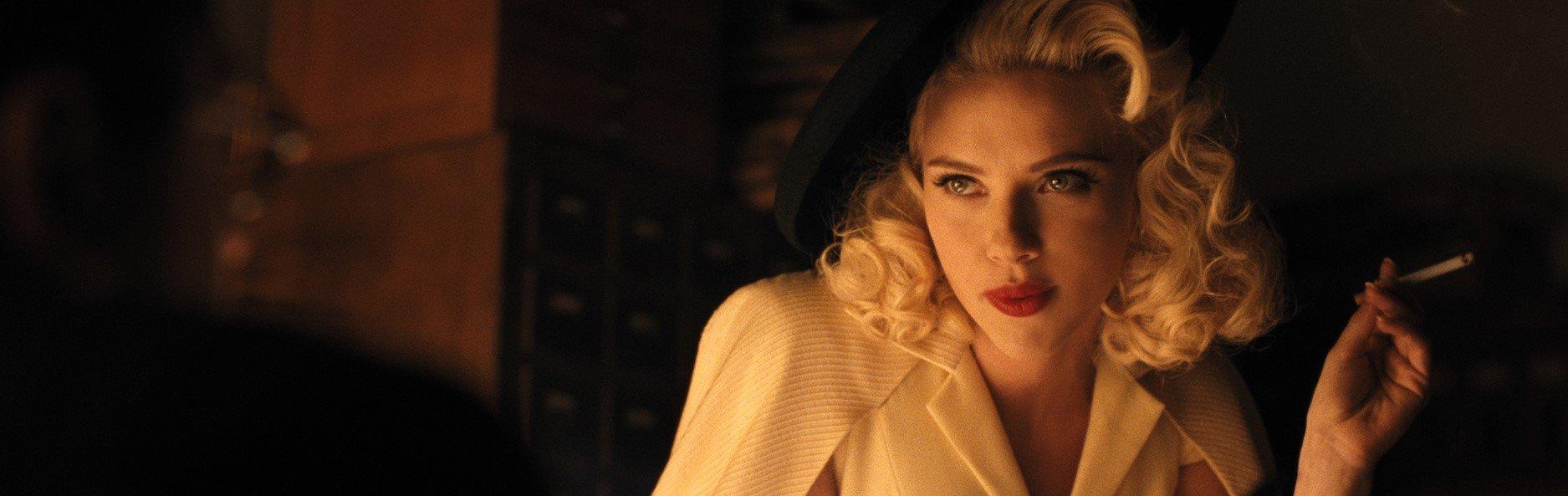 """""""Hail, Caesar!"""": DeeAnna Moran (Scarlett Johansson) hält eine Zigarette in der Hand und sieht lasziv zur Seite. ©ZDF und Alison Rosa."""