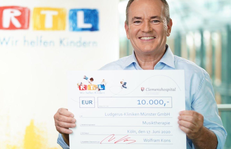 Foto Wolfram Kons freut sich, mit der Spende die Arbeit der Musiktherapie unterstützen zu können (Foto: MG RTL D / Stefan Gregorowius)