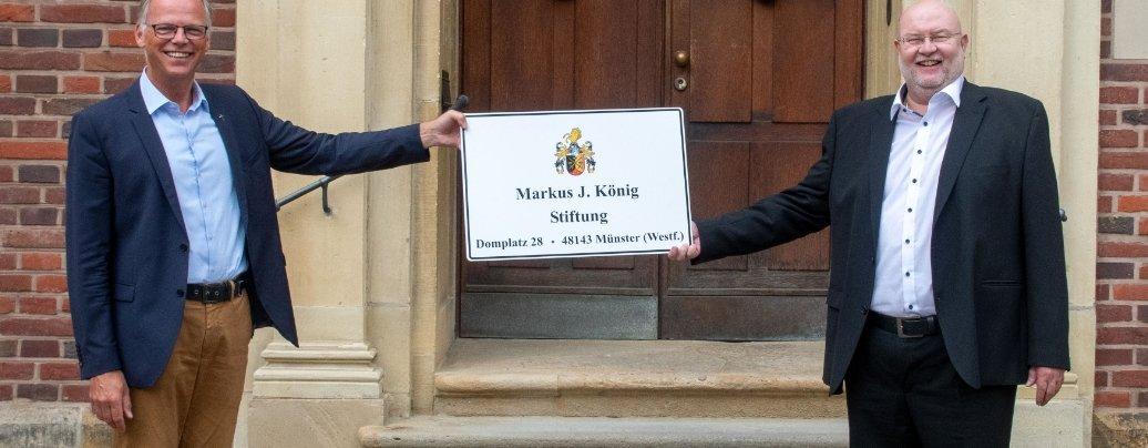 """Generalvikar Dr. Klaus Winterkamp (links) freut sich über die von Markus J. König errichtete Stiftung, die Projekte in Kindertageseinrichtungen des Bistums fördern wird. Oben: Über die neu errichtete """"Markus-J.-König-Stiftung"""" freuen sich (von links) Generalvikar Dr. Klaus Winterkamp, Stiftungsbeauftragter Christian Meyer, Gisela Niehues (Referat Tageseinrichtungen für Kinder) sowie Stifter Markus J. König (rechts) und seine Lebensgefährtin Christa Kloene. Fotos: Bischöfliche Pressestelle/Ann-Christin Ladermann"""