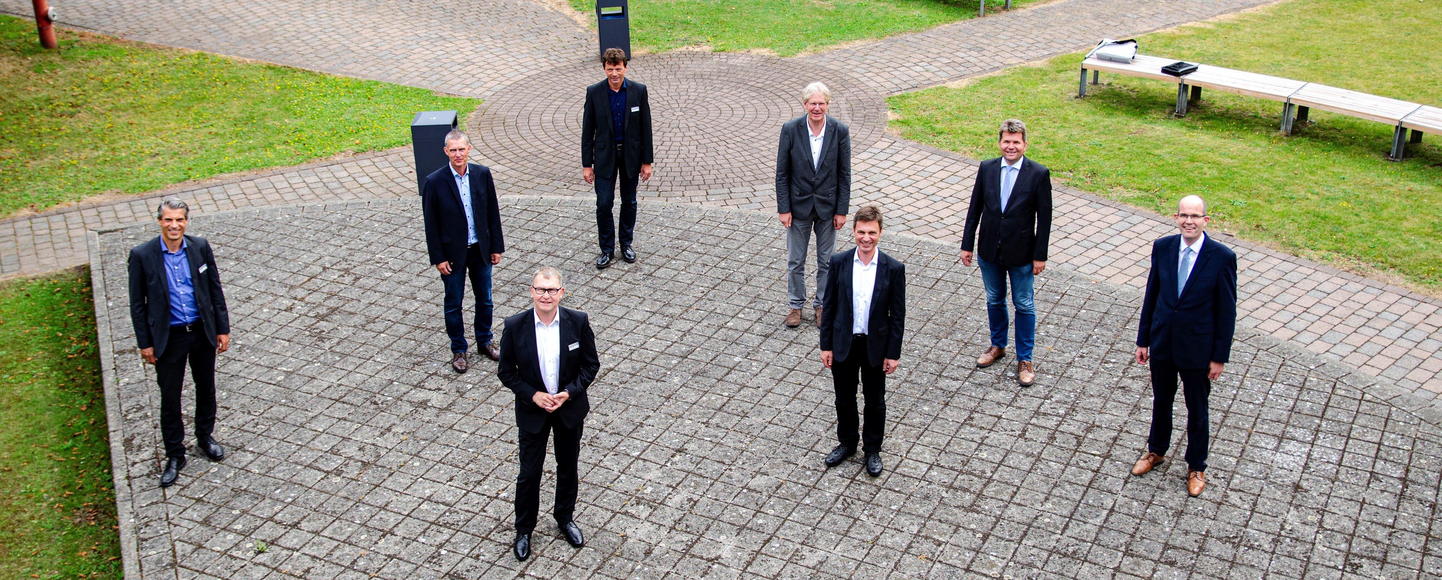 Zum Gruppenfoto mit Abstand trafen sich (1. Reihe v.l.) Frank Renner (BLB), Markus Vieth (BLB), Matthias Dieler (FH Münster), Guido Brebaum (FH Münster) und (2. Reihe v.l.) Andre Müller (FH Münster), Rainer Leuders (BLB), Hans Schröder (Stadt Steinfurt) und Carsten Rehers (Kreis Steinfurt). (Foto: FH Münster/Frederik Tebbe)