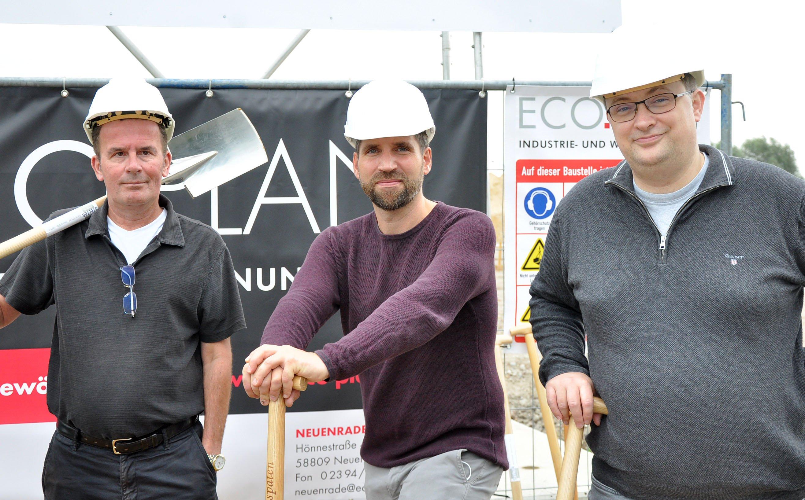 Die Geschäftsführer Axel Barich (2.v.l.), Simon Brüne (2.v.r.) und Claus Peter Blunck (r.) und Dieter Schewetzky (l.) von der WMF (Foto: WMF/ Martin Rühle