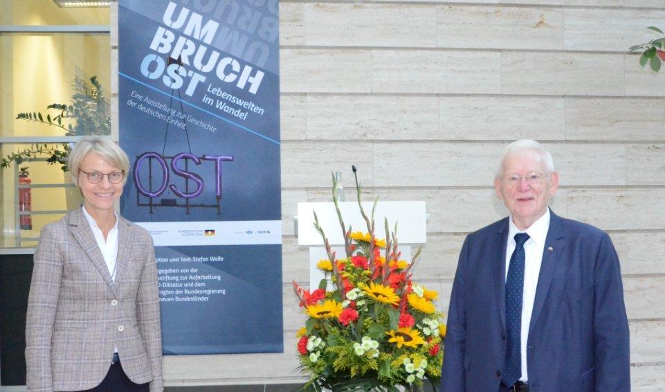 """Regierungspräsidentin Dorothee Feller und Staatssekretär a.D. Friedhelm Ost zeigen sich begeistert von der Ausstellung """"Umbruch Ost"""""""