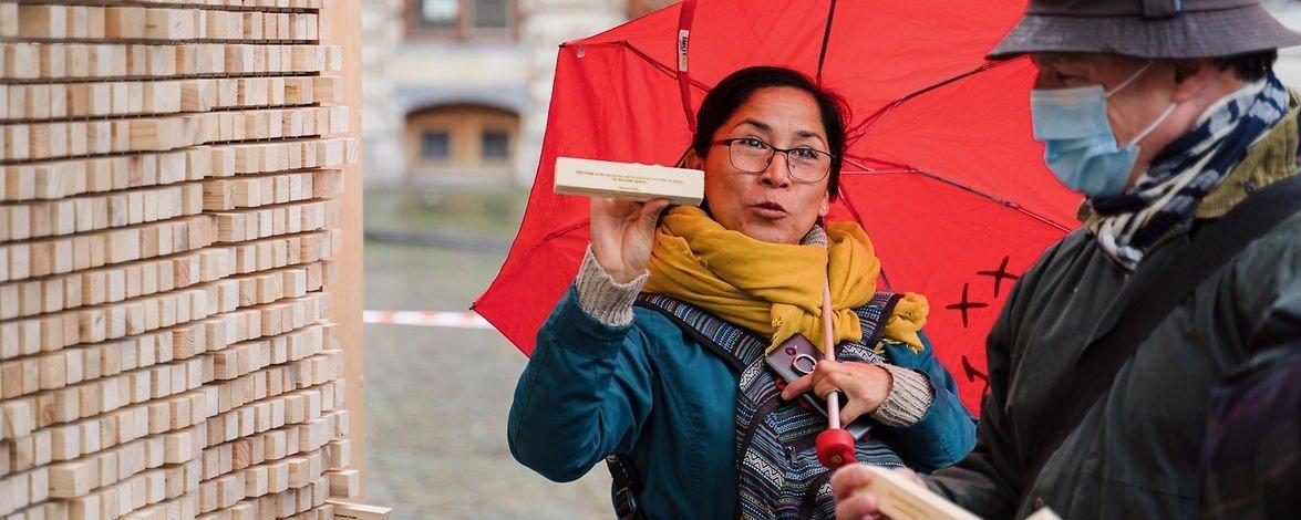 Brüssel: Trotz Nieselregens.... © Lillo Mendola  Die Verschwindende Wand in Brüssel ... erkunden die Menschen die Verschwindende Wand ... © Lillo Mendola  Die Verschwindende Wand in Brüssel ...lesen sich gegenseitig vor... © Lillo Mendola  Die Verschwindende Wand in Brüssel ... oder versinken allein in die Lektüre... © Lillo Mendola  Die Verschwindende Wand in Brüssel ...am 3. Oktober ist der Platz in Lichtspiele getaucht - 30 Jahre nach der  Wiedervereinigung Deutschlands und der Neuordnung Europas © privat
