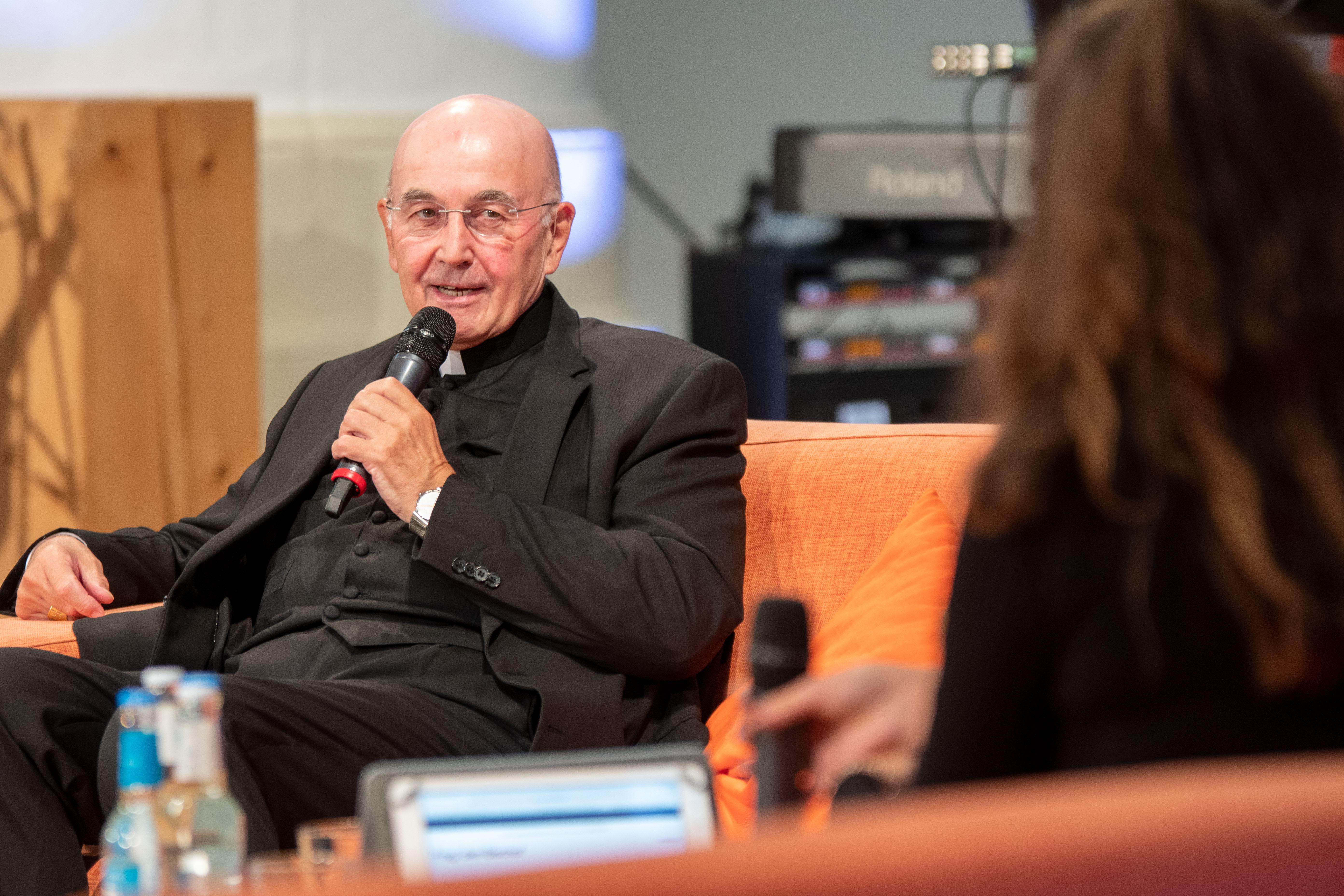 Bischof Genn beantwortet Fragen der Zuhörer