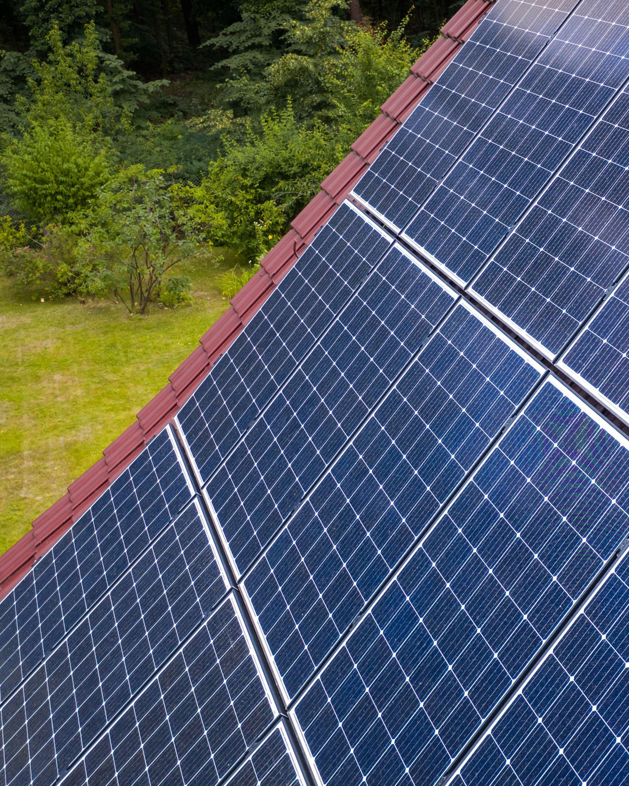 Umweltfreundliche Energie frei Haus: Eine Photovoltaikanlage rechnet sich vor allem dann, wenn ein Großteil des Ökostroms im eigenen Haushalt genutzt wird.  1945 KB  Foto: djd/E.ON