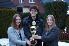 Natürlich gab's einen Pokal für Vanessa, Marvin und Carina Otterpohl (v.l.), die Gewinner der 1. Bielefelder Schneemann-Meisterschaft.