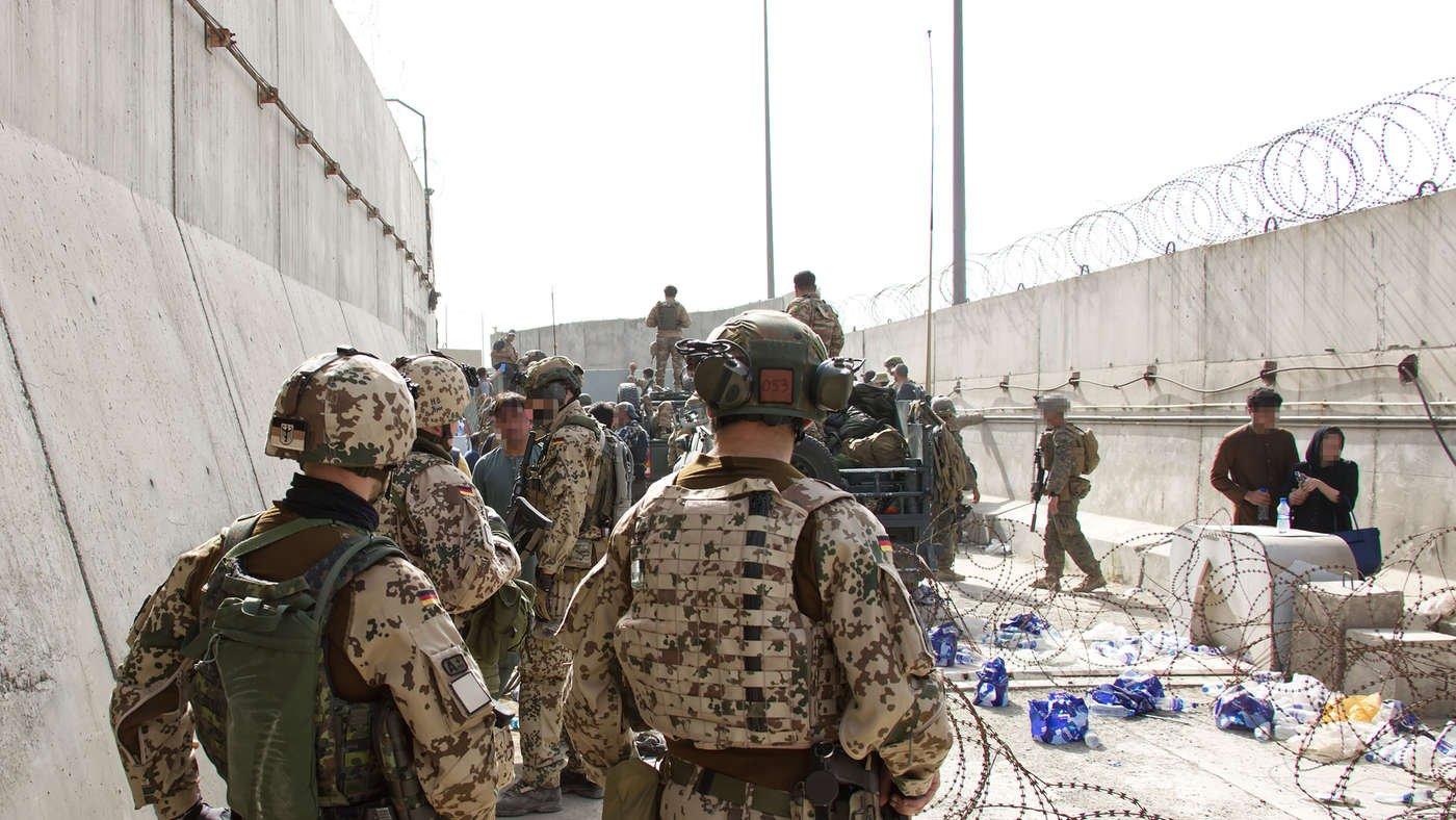 Kontaktaufnahme mit Ausreisewilligen: Deutsche Fallschirmjäger kontrollieren gemeinsam mit internationalen Partnern die Zugänge zum Flughafengelände Kabul. Bundeswehr/EKT