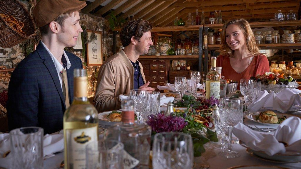 In familiärer Atmosphäre genießen Freddy (Benjamin Weygand, l.) und Thomas Mills (Orestes Fiedler, M.) das kleine Festmahl, das Alice (Hedi Honert, r.) gezaubert hat. ZDF Fotograf: Jon Aisles