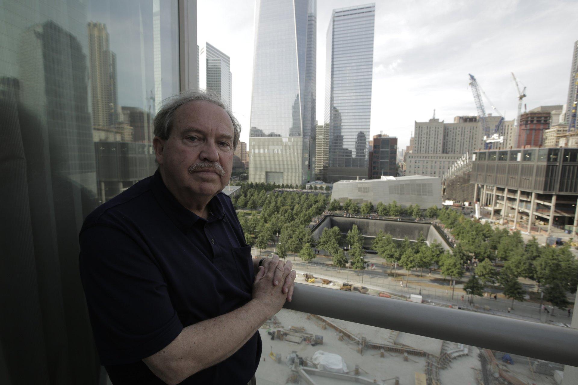 """Frank Greening, vor dem neuen Freedom Tower in New York, ist einer der Experten, die in dieser Doku zum 11. September 2001 zu Wort kommen.  """"Der 11. September 2001 - Verschwörung auf dem Prüfstand"""": Frank Greening, vor dem neuen Freedom Tower in New York. Rechtehinweis: © ZDF und Renny Bartlett"""