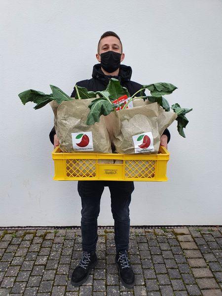 Ehrenamtlicher Helfer bei LichtBlick Seniorenhilfe e.V. mit einem Obstkäppchen