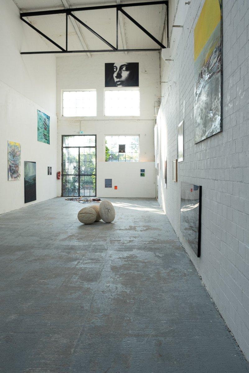 Ausstellungsraum mit mehr als 50 Kunstwerken von Heidelberger Künstern.