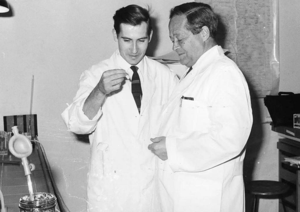 Lichtgetriebene Protonenpumpe  Dieter Oesterhelt (links) mit seinem Doktorvater und Nobelpreisträger Feodor Lynen, 1967  © Krella, Archiv der Max-Planck-Gesellschaft Berlin
